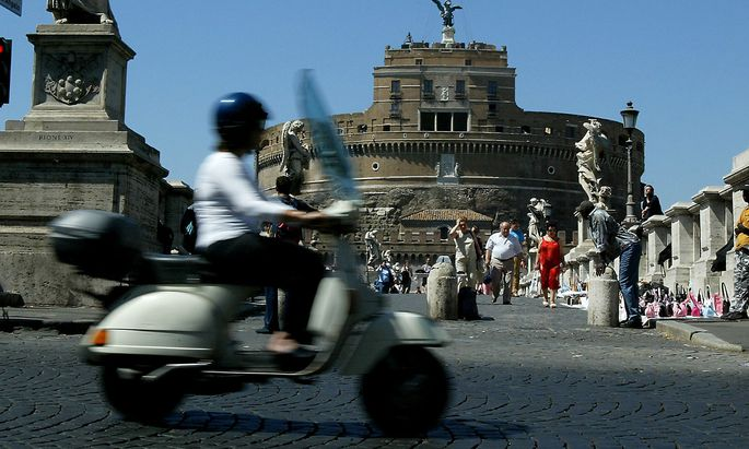 FOR RELEASE WITH FEATURE BC-ITALY-SCOOTERS.
