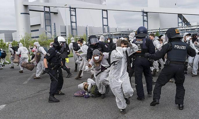 Mehrere Hundert Aktivisten haben das Braunkohlekraftwerk Schwarze Pumpe gestürmt und den Betrieb gestört.