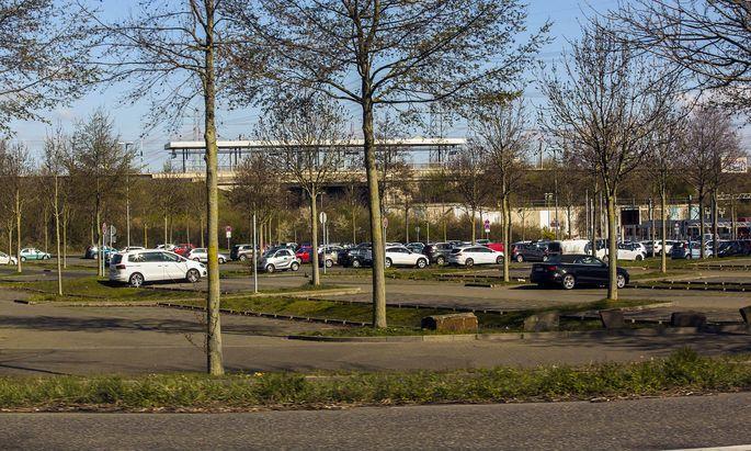 Der Pendlerparkplatz Weiden West am Ende der Stra�enbahnlinie 1 in K�ln-Weiden soll ausgebaut werden. Weiden West *** Th