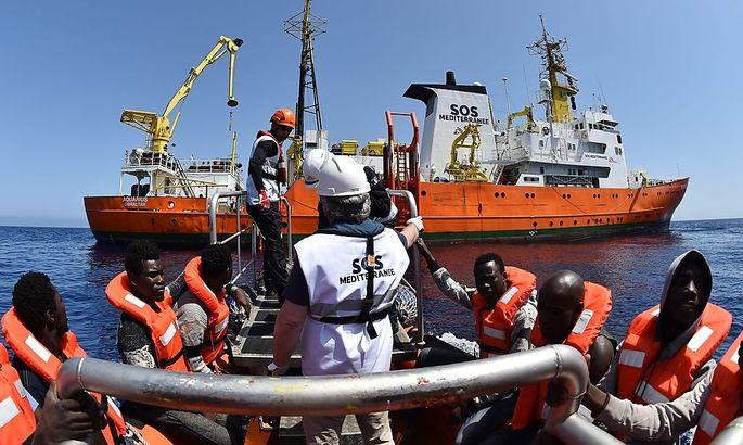 Ein Rettungsboot hilft in Seenot geratenen Flüchtlingen.