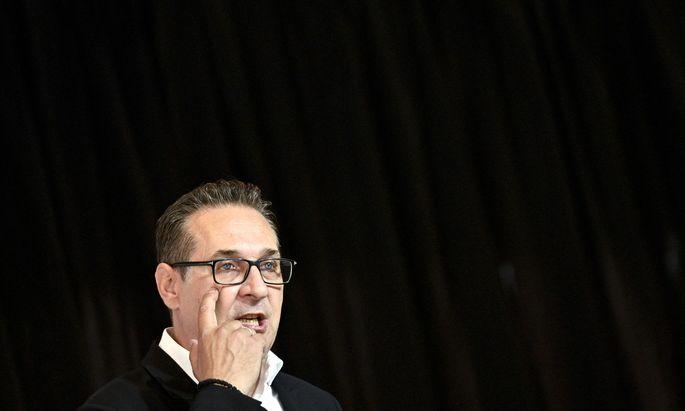 Dem ehemaligen FPÖ-Chef wird vorgeworfen, mit gefälschten Rechnungen private Ausgaben durch die Partei gedeckt zu haben.