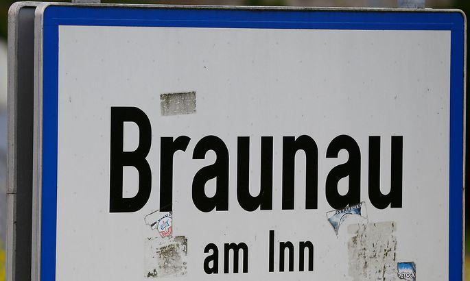Der Hitler-Doppelgänger ist seit Kurzem in Braunau am Inn unterwegs, Hitlers Geburtstadt.