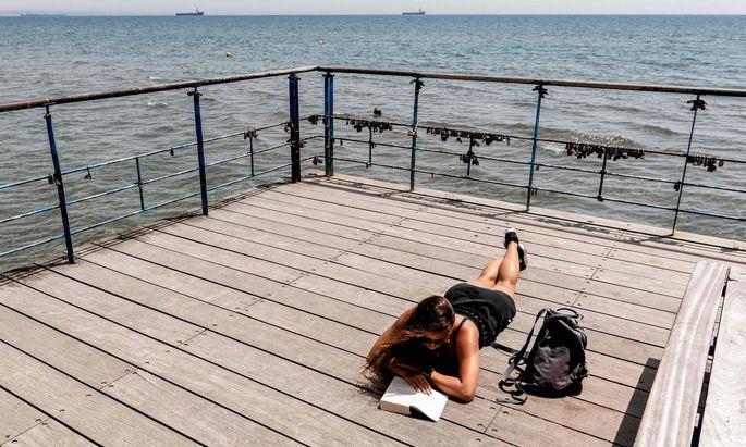 Touristen sind (noch) keine da: Zyprioten haben die Plätze am Wasser für sich.
