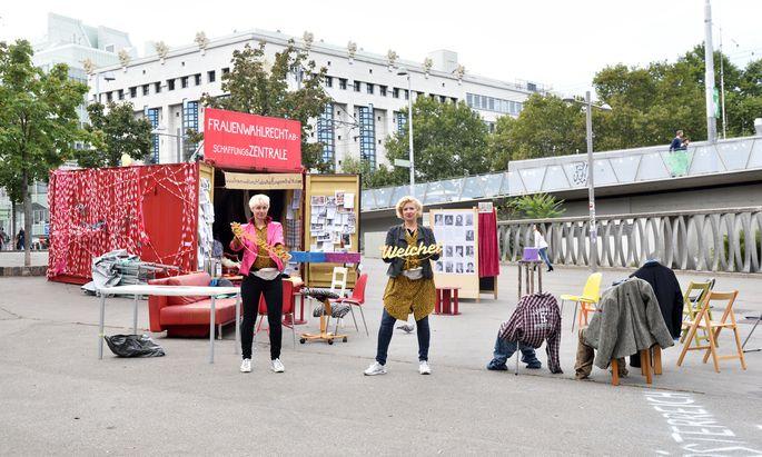 Kunst am Karlsplatz: Susanne Preissl (l.) und Eva Puchner ließen über das Frauenwahlrecht neu abstimmen.