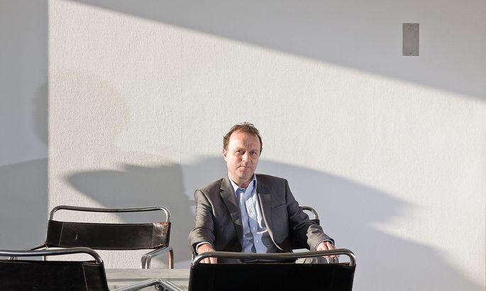 Thomas Prantner im Jahr 2011 im Gang des Bürotrakts auf dem Küniglberg.