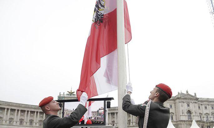 Symbolbild: Soldaten hissen österreichische Fahne