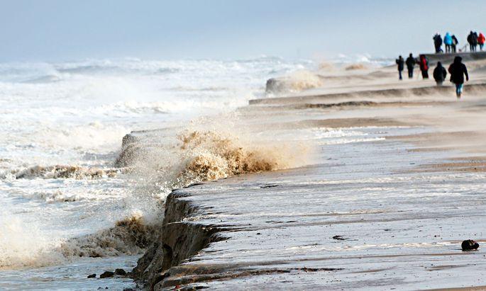 Horror. 40 bis 50Milliarden Tonnen Sand werden weltweit jährlich verbaut. Aber auch Sturmfluten setzen dem Ökosystem Strand zu, wie hier auf Wangerooge.