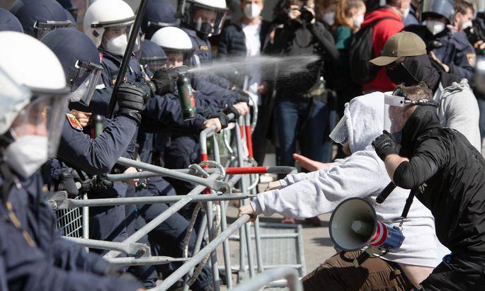 Die Polizei setzte Pfefferspray gegen die Demonstranten ein, als diese versuchten, eine Straßensperre zu durchbrechen.