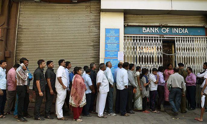 Lange Schlangen vor den Banken.