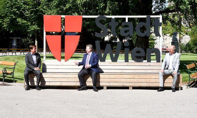 Im Rathauspark: Der Wiener Bürgermeister Michael Ludwig (Mitte) im Gespräch mit Rainer Nowak (li.) und Dietmar Neuwirth (re.).