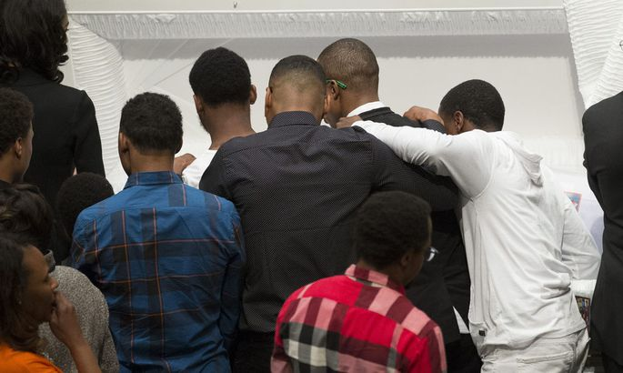 Freunde und Familie trauern in Baltimore am offenen Sarg von Freddie Gray, der Opfer von Polizeigewalt wurde.