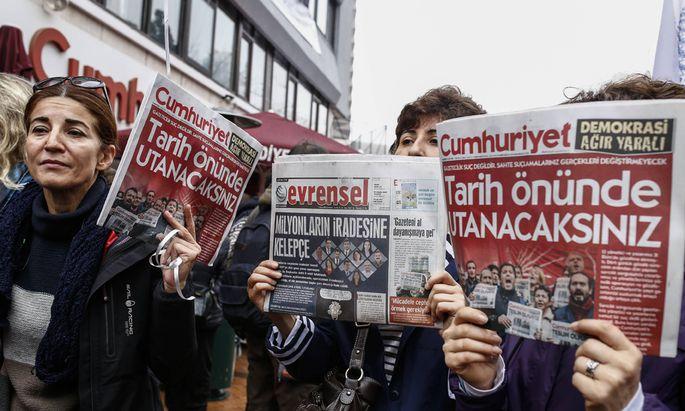 """Türkische Journalisten der Zeitung """"Cumhuriyet"""" bei einer Demonstration für Medienfreiheit in Istanbul."""