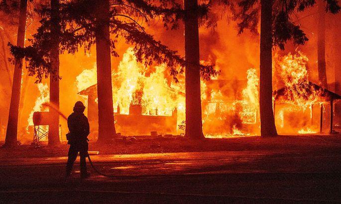 Archivbild vom Dixie fire in der Gemeinde Indian Falls in Kalifornien, dem auch Wohnhäuser zum Opfer gefallen sind.