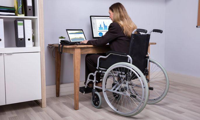 Disabled Businesswoman Working On Computer model released Symbolfoto PUBLICATIONxINxGERxSUIxAUTxO