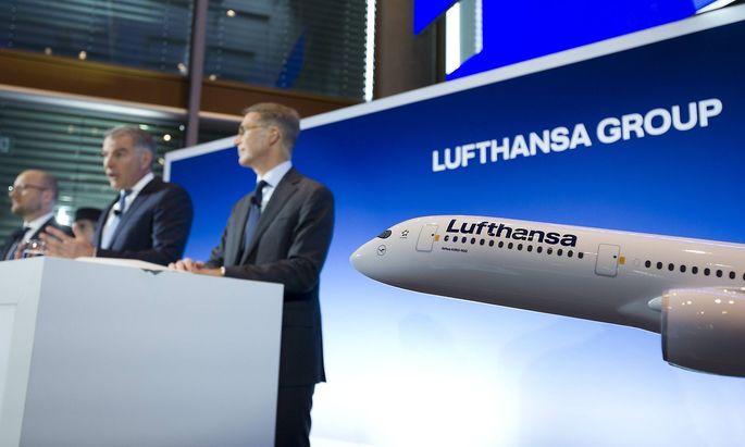Vorstandsvorsitzender Carsten Spohr (Mitte) muss sich einen neuen Finanzvorstand suchen: Ulrik Svensson (rechts) tritt aus gesundheitlichen Gründen zurück.
