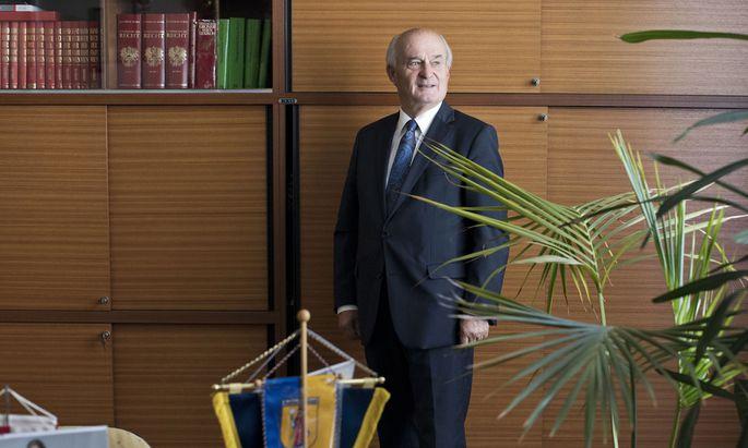ÖVP-Bezirksvorsteher Adi Tiller in seinem Büro, das er Ende Oktober nach vier Jahrzehnten räumen wird.