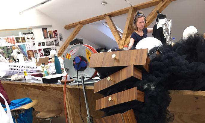 Kostümbildner sind auch für die Konzeption der Bühnenoutfits verantwortlich.