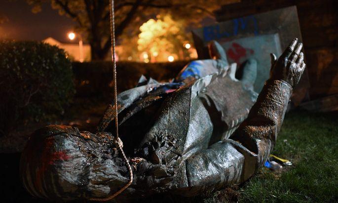 Am Freitagabend wurde in Washington die Statue eines Südstaatengenerals gestürzt.