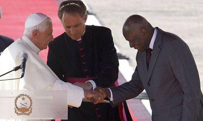 Angolas Präsident Dos Santos 2009 mit dem damaligen Papst Benedikt XVI.
