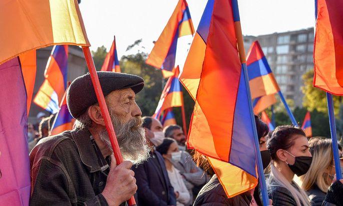 Immer wieder protestieren in Jerewan Hunderte gegen den Waffenstillstand in Berg-Karabach und gegen Regierungschef Paschinjan.