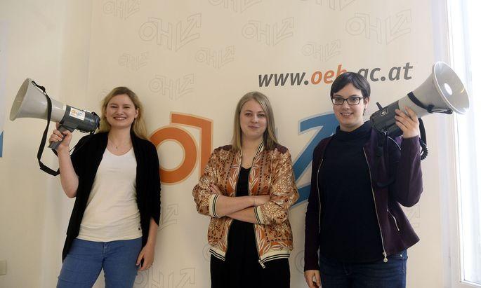 Das ÖH-Vorsitzteam ruft zur Wahl auf: Johanna Zechmeister (FLÖ), Hannah Lutz (VSStÖ), Marita Gasteiger (Gras).