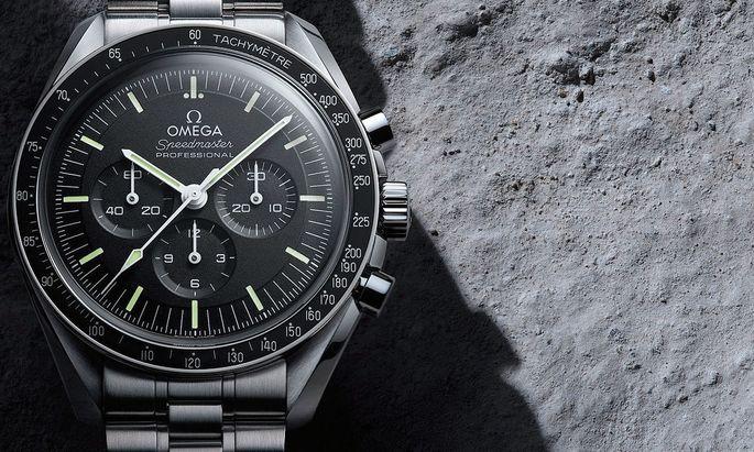 """Die Anzahl von Zeitmessern, die – auch – mit Massivband angeboten werden, nimmt stetig zu. Hier die """"Speedmaster Moonwatch Professional Co-Axial Master Chronometer"""" von Omega."""
