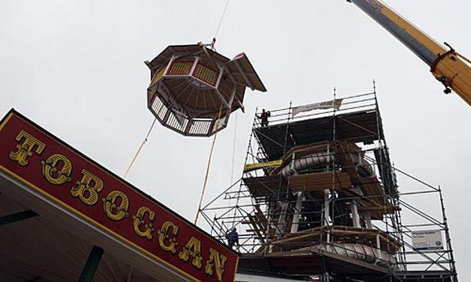 Die Spitze des Toboggan wird auf den Turm gesetzt.