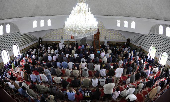 Symbolbild: Muslime beim Gebet in der Moschee beim Hubertusdamm in Wien-Floridsdorf.