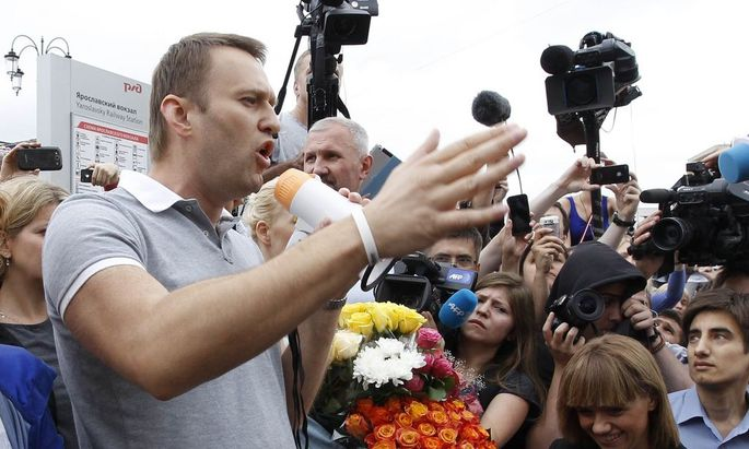 Russian protest leader Alexei Navalny addresses supporters and journalists after arriving from Kirov at a railway station in Moscow
