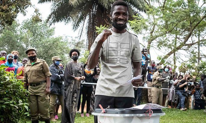 Bobi Wine bei seiner Stimmabgabe bei der Wahl in Uganda am 14. Jänner.