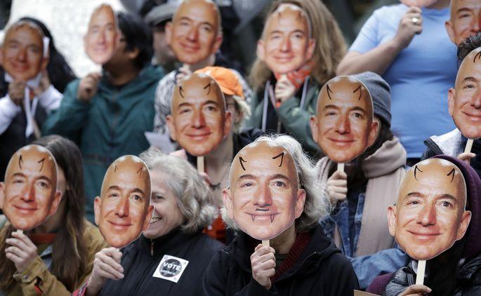 Für manche Demonstranten ist Amazon-Chef Bezos der Mann, der ihre Privatsphäre an die Polizei verkauft.