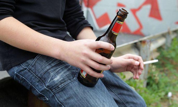 DEUTSCHLAND BONN 25 07 2012 Feature Jugendliche und Drogen gestelltes Foto JW81750356 MR Y