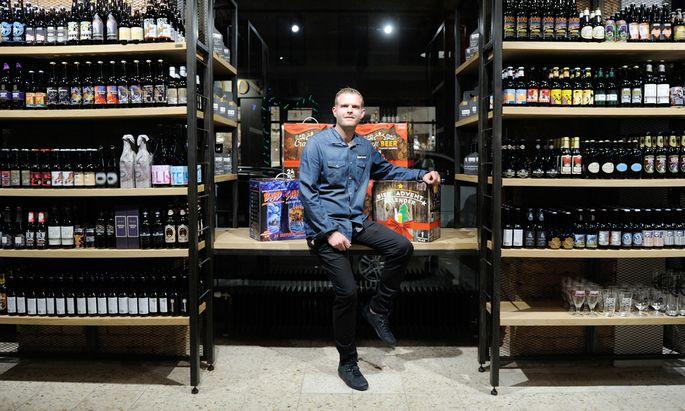 Biersommelier Markus Betz verkauft in der Gumpendorfer Straße rund 800 verschiedene Biere aus aller Welt.