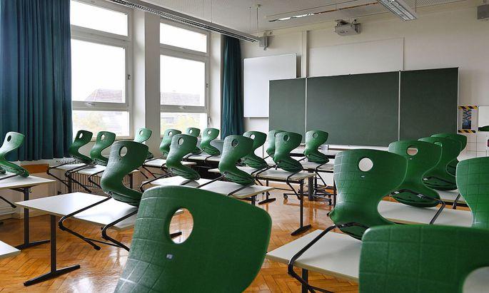 leeres Klassenzimmer, aufgestuhlt, Einzeltische ohne Abstandsregel, Corona-Krise, Deutschland Wiederbeginn der Schule n