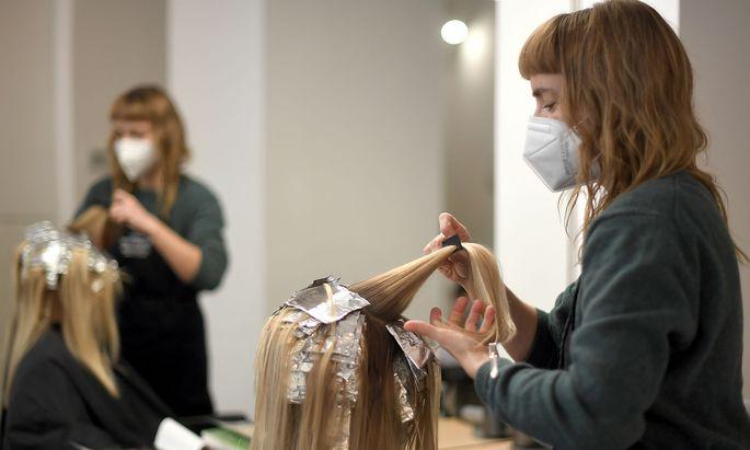 Frauen wollen Friseurin werden, Männer Techniker: Die Unterschiede bei der Berufswahl führen bereits im ersten Lehrjahr zu Lohnunterschieden.