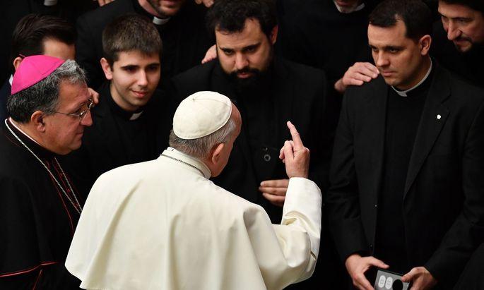 Papst Franziskus mit Priesteranwärtern am Vorabend der Vatikan-Konferenz über Missbrauch.