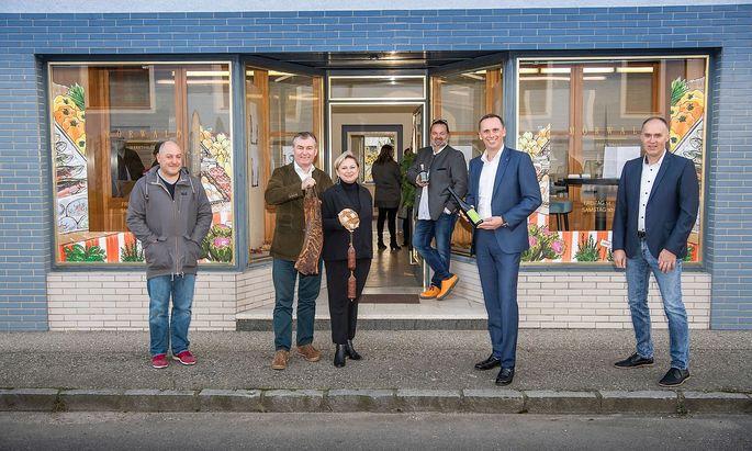 Toni und Eva Mörwald mit Produzenten vor der neuen Markthalle.