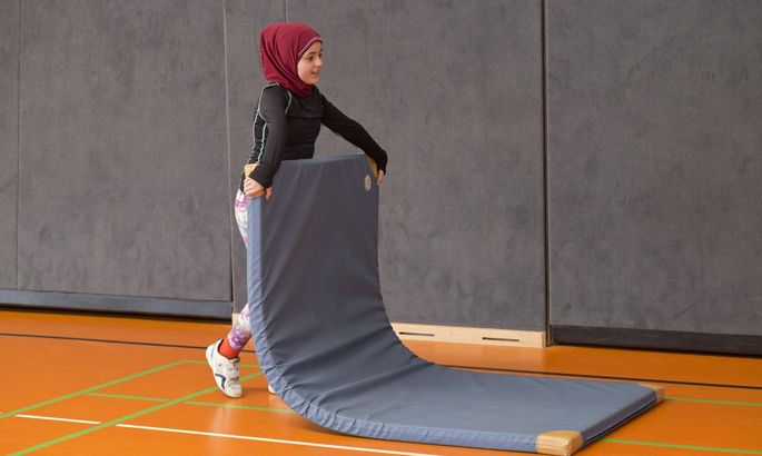 Schülerin trägt Bodenmatte