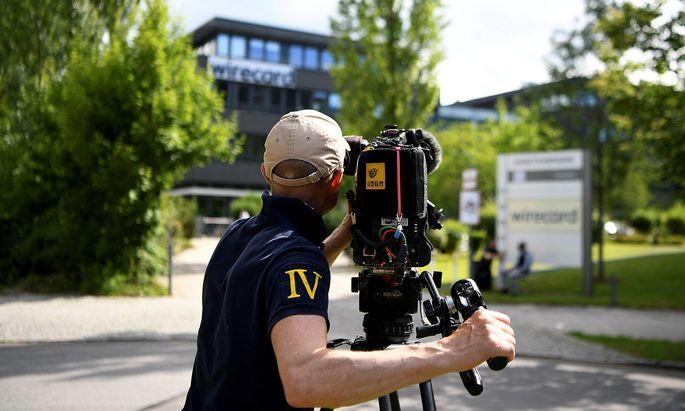 Ein Kameramann vor dem Wirecard-Hauptsitz in Aschheim in Bayern.