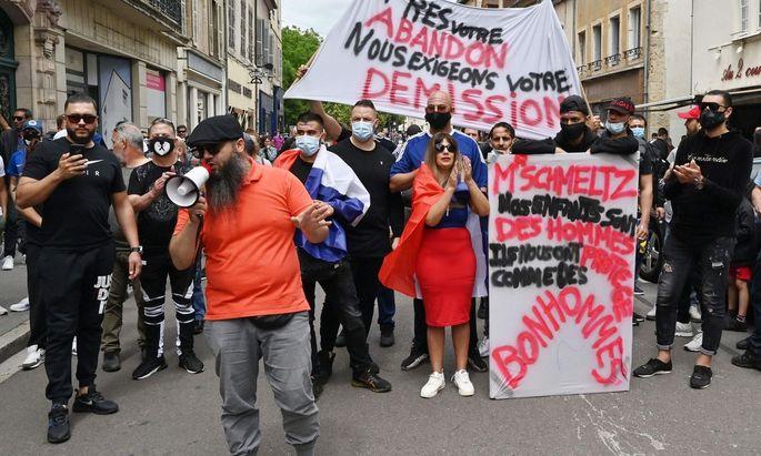 In Dijon hatte es vier Nächte in Folge Straßenschlachten zwischen Tschetschenen und Personen nordafrikanischer Herkunft gegeben, nachdem ein 16-jähriger Tschetschene zusammengeschlagen worden war.