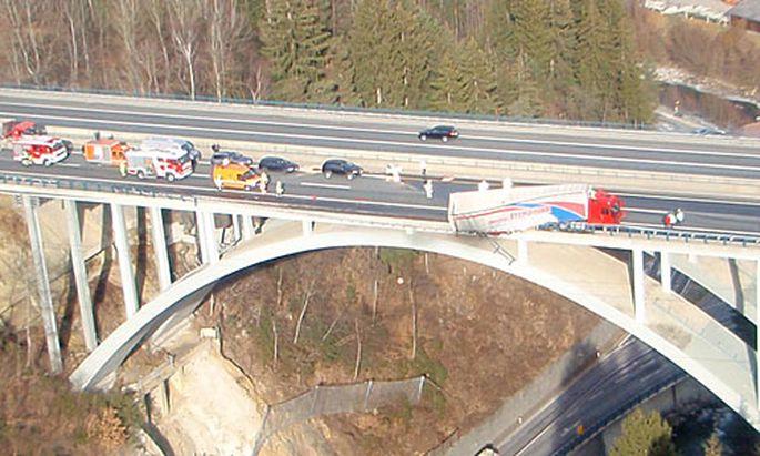 Der Lkw drohte von der Seebachbrücke zu stürzen.