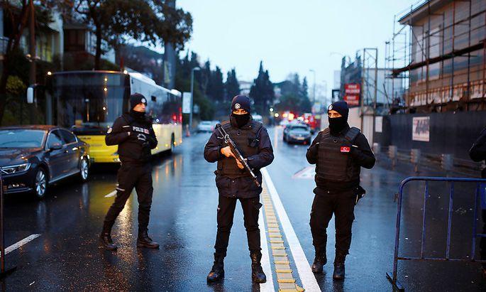 Sicherheitskräfte Sonntagfrüh in der Nähe des Anschlagsorts