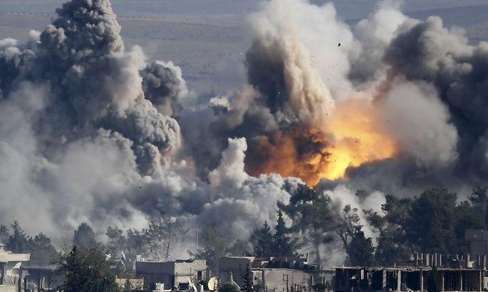 Feuer nach einem Luftangriff an der türkisch-syrischen Grenze.