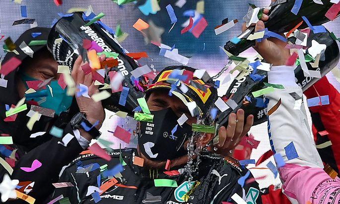 Lewis Hamilton im Confetti-Regen