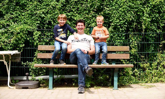 """Clemens Schmoll mit seinen beiden Söhnen: """"Von einem anderen Vater nimmt man Tipps lieber an."""""""