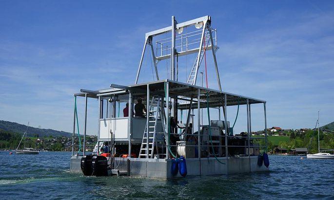 Bohrinsel auf dem Weg zum Einsatz. Damit sie sich bei höherem Wellengang nicht bewegt, wird sie mit Tiefenankern befestigt.