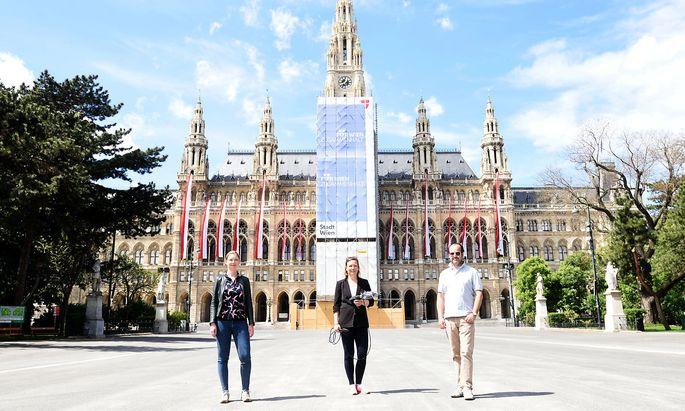 Maria Maltschnig, Anna Wallner und Oliver Pink am Vorabend des 1. Mai auf dem Rathausplatz.