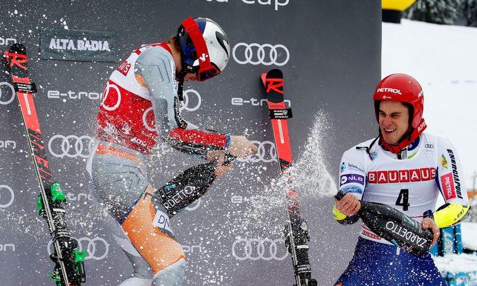 Der Norweger Henrik Kristoffersen (l.) feierte seinen Premierensieg in Alta Badia mit dem Drittplatzierten Zan Kranjec.