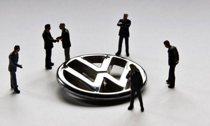 22 11 2015 Unkel DEU Deutschland Symbolfoto ein VW Emblem umringt von Modellfiguren die das Man