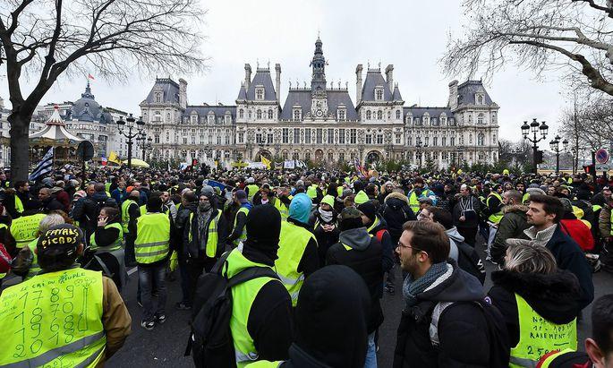 Paris Gelbwesten demonstrieren Le mouvement contestataire contre les taxes sur les carburants les